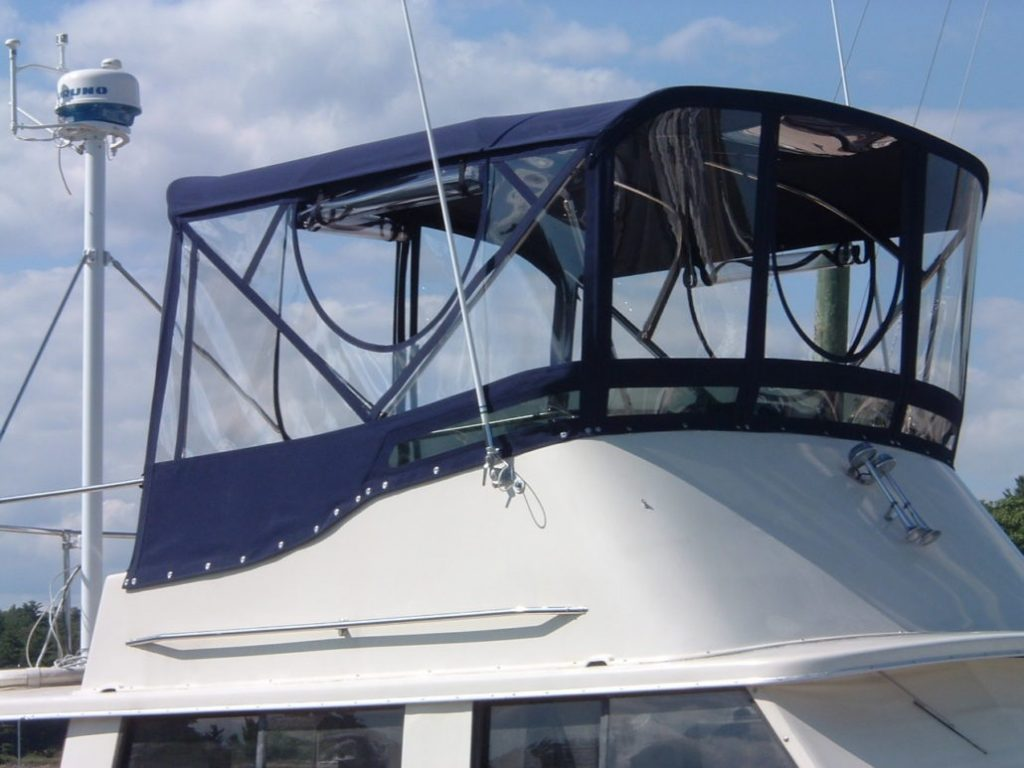 Rooftop enclosure on power boat