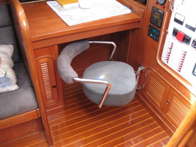 Swinging hideaway navigation seat